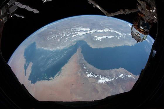 اللحظات الأولى لوصول رائد الفضاء الإماراتي هزاع المنصوري إلى الأرض صورة رقم 4