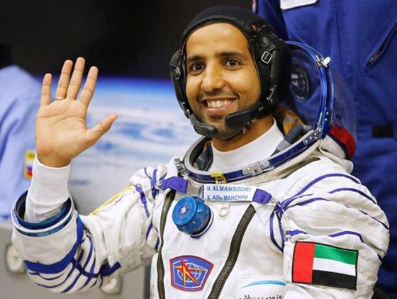 اللحظات الأولى لوصول رائد الفضاء الإماراتي هزاع المنصوري إلى الأرض صورة رقم 20