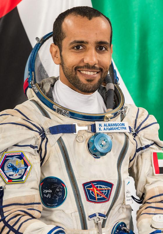 اللحظات الأولى لوصول رائد الفضاء الإماراتي هزاع المنصوري إلى الأرض صورة رقم 7