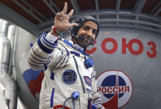 اللحظات الأولى لوصول رائد الفضاء الإماراتي هزاع المنصوري إلى الأرض صورة رقم 22
