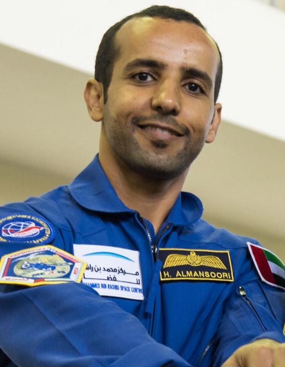 اللحظات الأولى لوصول رائد الفضاء الإماراتي هزاع المنصوري إلى الأرض صورة رقم 23