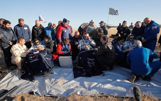 اللحظات الأولى لوصول رائد الفضاء الإماراتي هزاع المنصوري إلى الأرض صورة رقم 15