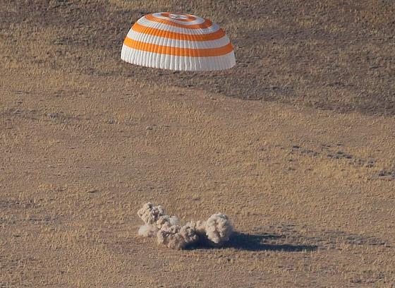 اللحظات الأولى لوصول رائد الفضاء الإماراتي هزاع المنصوري إلى الأرض صورة رقم 2