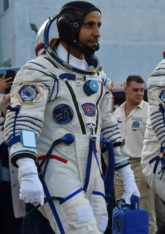 اللحظات الأولى لوصول رائد الفضاء الإماراتي هزاع المنصوري إلى الأرض صورة رقم 16