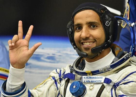 اللحظات الأولى لوصول رائد الفضاء الإماراتي هزاع المنصوري إلى الأرض صورة رقم 17