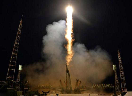 اللحظات الأولى لوصول رائد الفضاء الإماراتي هزاع المنصوري إلى الأرض صورة رقم 24