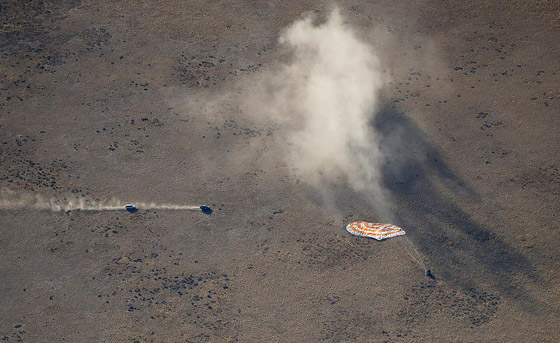 اللحظات الأولى لوصول رائد الفضاء الإماراتي هزاع المنصوري إلى الأرض صورة رقم 13