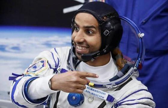 اللحظات الأولى لوصول رائد الفضاء الإماراتي هزاع المنصوري إلى الأرض صورة رقم 26