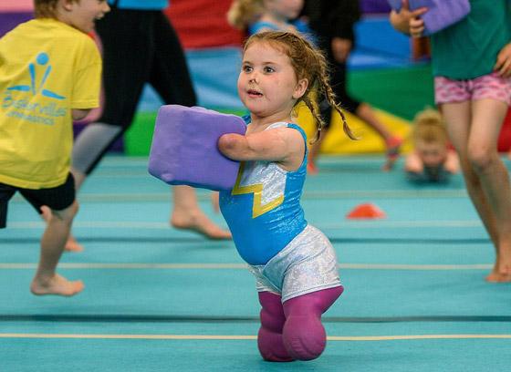 صورة رقم 14 - بطلة رغم الظروف.. طفلة فقدت أطرافها تهزم إعاقتها وتصبح نجمة!