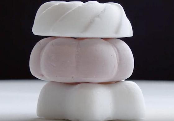 وزنها غرام واحد.. تعرفوا على الحلوى الأخف وزنا في العالم! فيديو صورة رقم 1