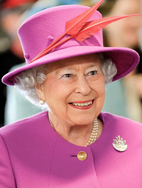 منسقة الأزياء الملكية تكشف الوجه الآخر للملكة إليزابيث صاحبة التاج البريطاني صورة رقم 17