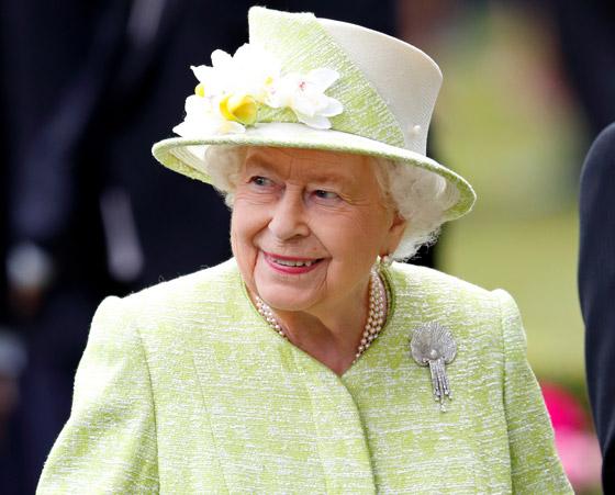 منسقة الأزياء الملكية تكشف الوجه الآخر للملكة إليزابيث صاحبة التاج البريطاني صورة رقم 20