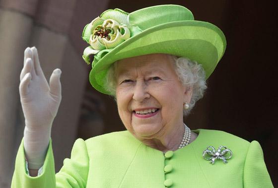 منسقة الأزياء الملكية تكشف الوجه الآخر للملكة إليزابيث صاحبة التاج البريطاني صورة رقم 22