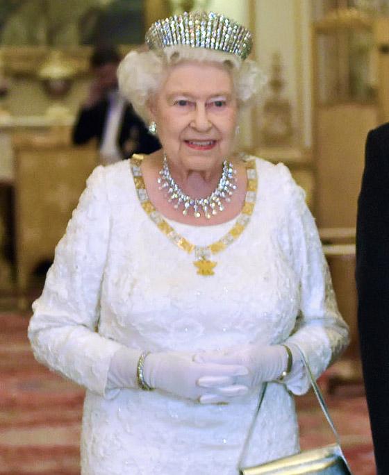 منسقة الأزياء الملكية تكشف الوجه الآخر للملكة إليزابيث صاحبة التاج البريطاني صورة رقم 21