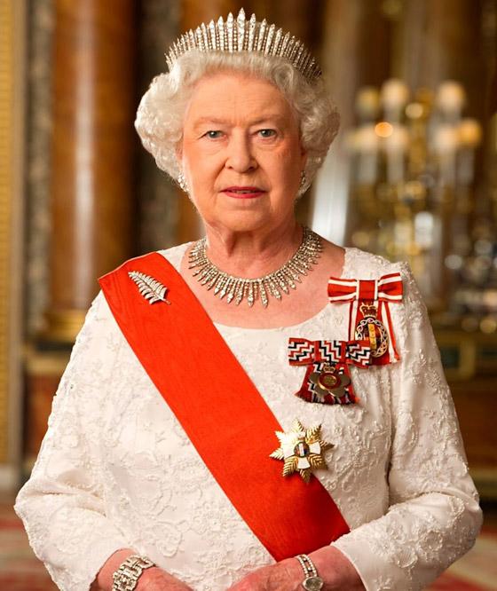 منسقة الأزياء الملكية تكشف الوجه الآخر للملكة إليزابيث صاحبة التاج البريطاني صورة رقم 23