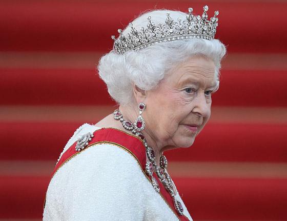 منسقة الأزياء الملكية تكشف الوجه الآخر للملكة إليزابيث صاحبة التاج البريطاني صورة رقم 18