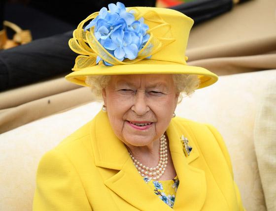 منسقة الأزياء الملكية تكشف الوجه الآخر للملكة إليزابيث صاحبة التاج البريطاني صورة رقم 24