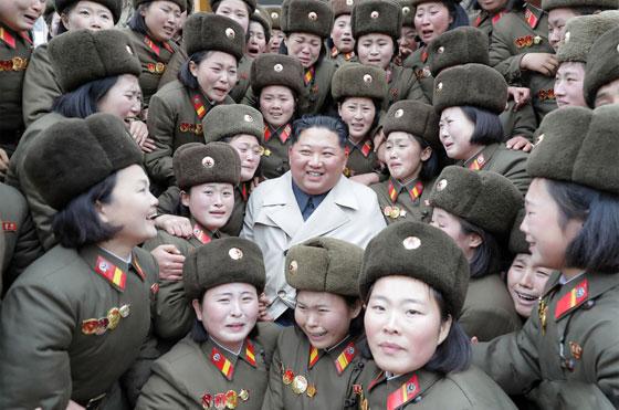 بالصور.. بوتين يعانق روسية وزعيم كوريا الشمالية بين النساء صورة رقم 9