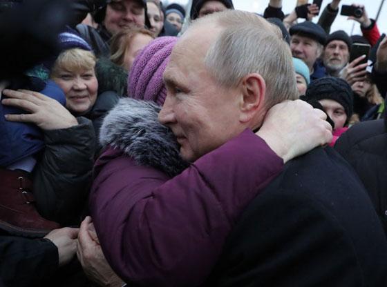 بالصور.. بوتين يعانق روسية وزعيم كوريا الشمالية بين النساء صورة رقم 18