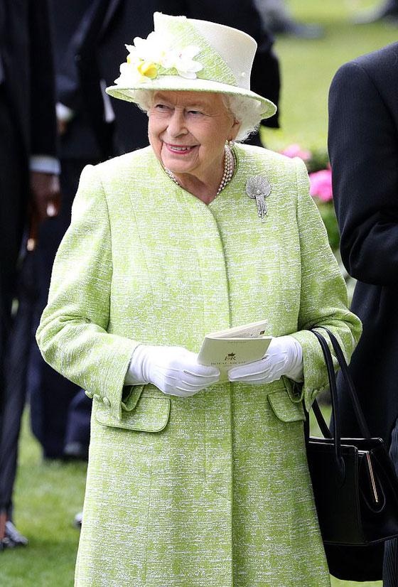 منسقة الأزياء الملكية تكشف الوجه الآخر للملكة إليزابيث صاحبة التاج البريطاني صورة رقم 6