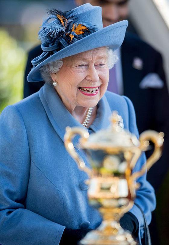 منسقة الأزياء الملكية تكشف الوجه الآخر للملكة إليزابيث صاحبة التاج البريطاني صورة رقم 13
