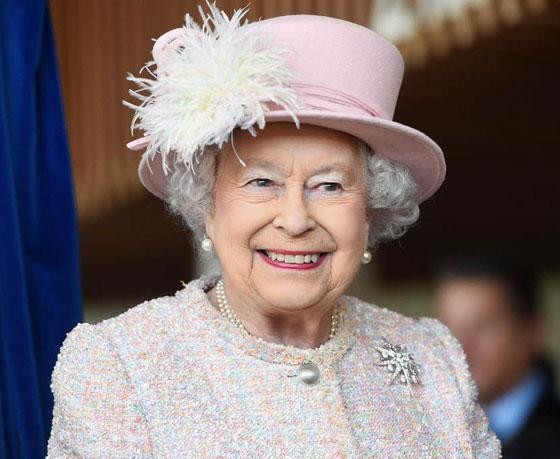 منسقة الأزياء الملكية تكشف الوجه الآخر للملكة إليزابيث صاحبة التاج البريطاني صورة رقم 16
