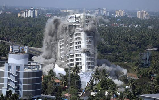 فيديو وصور: تفجير مجمعين سكنيين فاخرين في الهند بقرار من السلطة! صورة رقم 3