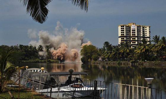 فيديو وصور: تفجير مجمعين سكنيين فاخرين في الهند بقرار من السلطة! صورة رقم 5