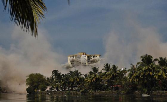 فيديو وصور: تفجير مجمعين سكنيين فاخرين في الهند بقرار من السلطة! صورة رقم 6