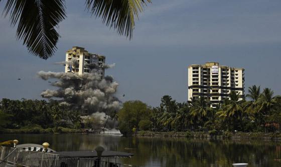 فيديو وصور: تفجير مجمعين سكنيين فاخرين في الهند بقرار من السلطة! صورة رقم 7