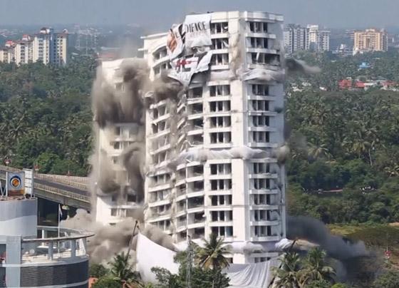 فيديو وصور: تفجير مجمعين سكنيين فاخرين في الهند بقرار من السلطة! صورة رقم 12