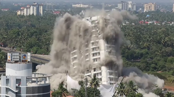 فيديو وصور: تفجير مجمعين سكنيين فاخرين في الهند بقرار من السلطة! صورة رقم 2