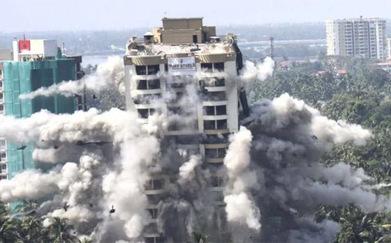 فيديو وصور: تفجير مجمعين سكنيين فاخرين في الهند بقرار من السلطة! صورة رقم 14