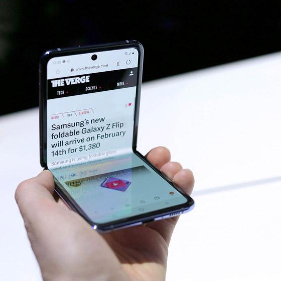 سامسونغ تطلق هاتفها القابل للطي وتستخدم