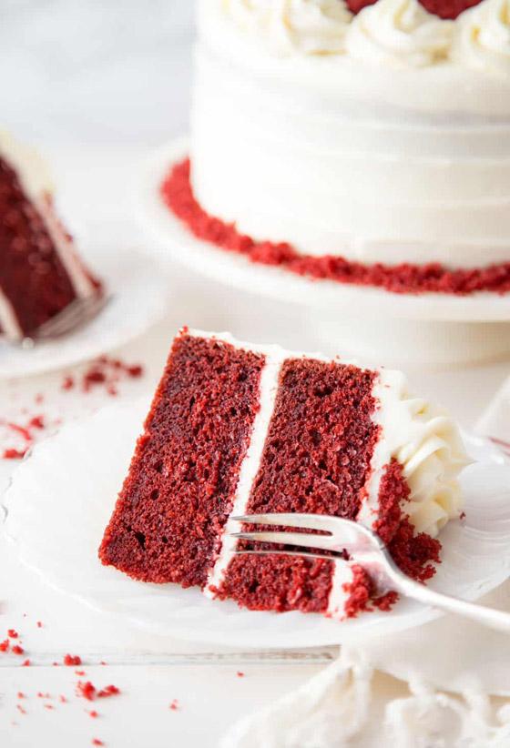 كعكة عيد الحب المخملية الحمراء بطريقة سهلة وسريعة التحضير صورة رقم 9