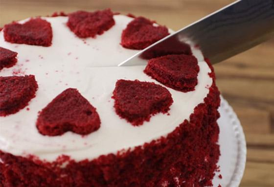 كعكة عيد الحب المخملية الحمراء بطريقة سهلة وسريعة التحضير صورة رقم 6