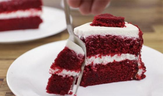 كعكة عيد الحب المخملية الحمراء بطريقة سهلة وسريعة التحضير صورة رقم 7