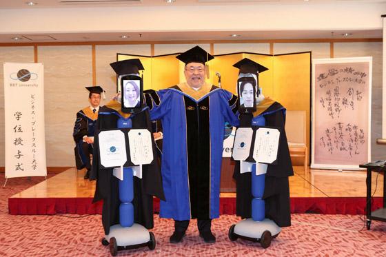 صورة رقم 1 - صور: حفل تخرج افتراضي ذكي لطلاب جامعة يابانية بسبب فيروس كورونا