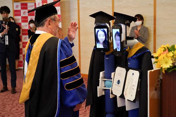 صورة رقم 2 - صور: حفل تخرج افتراضي ذكي لطلاب جامعة يابانية بسبب فيروس كورونا