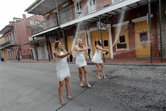صورة رقم 5 - بالصور: حفلات تخرج رمزية للطلاب في ظل جائحة وباء كورونا