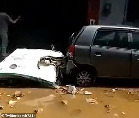 تحطم طائرة على متنها 107 ركاب فوق حي مكتظ بالسكان في باكستان صورة رقم 6