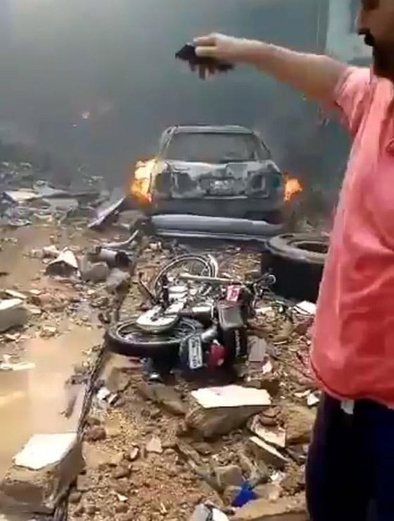 تحطم طائرة على متنها 107 ركاب فوق حي مكتظ بالسكان في باكستان صورة رقم 7