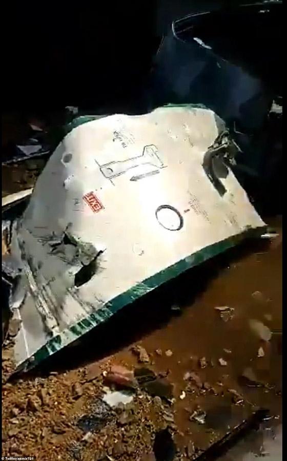 تحطم طائرة على متنها 107 ركاب فوق حي مكتظ بالسكان في باكستان صورة رقم 5