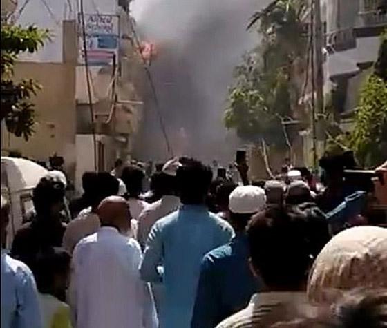 تحطم طائرة على متنها 107 ركاب فوق حي مكتظ بالسكان في باكستان صورة رقم 1
