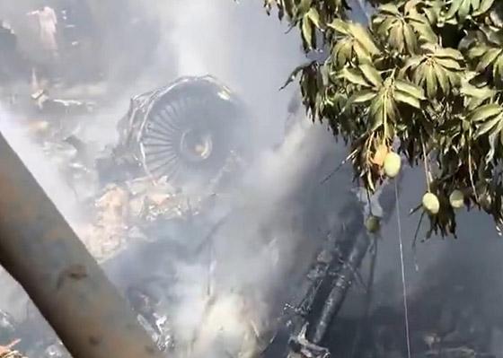 تحطم طائرة على متنها 107 ركاب فوق حي مكتظ بالسكان في باكستان صورة رقم 3