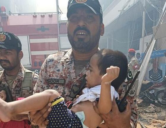 تحطم طائرة على متنها 107 ركاب فوق حي مكتظ بالسكان في باكستان صورة رقم 2