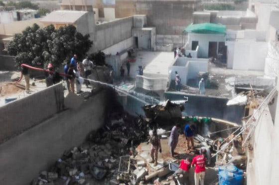 تحطم طائرة على متنها 107 ركاب فوق حي مكتظ بالسكان في باكستان صورة رقم 10