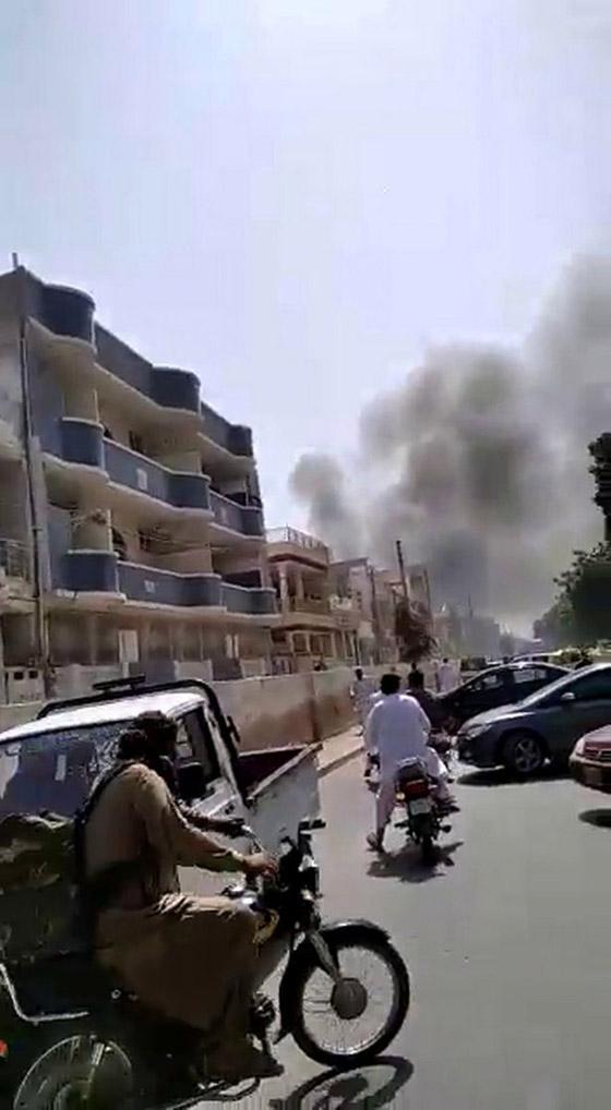 تحطم طائرة على متنها 107 ركاب فوق حي مكتظ بالسكان في باكستان صورة رقم 11