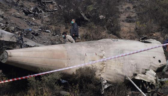 تحطم طائرة على متنها 107 ركاب فوق حي مكتظ بالسكان في باكستان صورة رقم 13