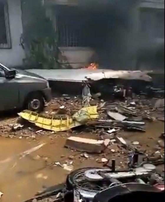 تحطم طائرة على متنها 107 ركاب فوق حي مكتظ بالسكان في باكستان صورة رقم 4